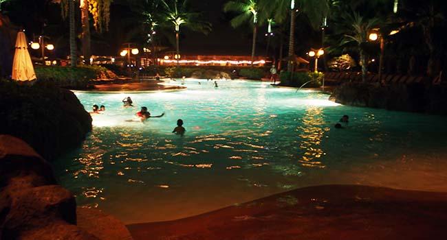 アウラニの夜のプール画像